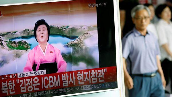 Ri Chun-hee, vista en un reportaje surcoreano sobre un lanzamiento de misil balístico de Corea del Norte - Sputnik Mundo