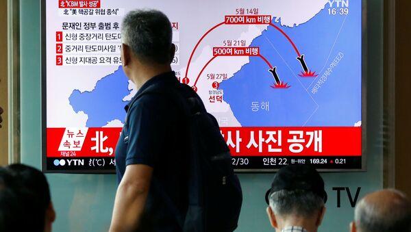 Un reportaje sobre el exitoso lanzamiento de un misil balístico por Corea del Norte (Archivo) - Sputnik Mundo