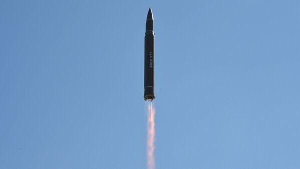El lanzamiento de un misil balístico por Corea del Norte (imagen referencial) - Sputnik Mundo