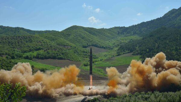 El lanzamiento de un misil balístico por Corea del Norte - Sputnik Mundo