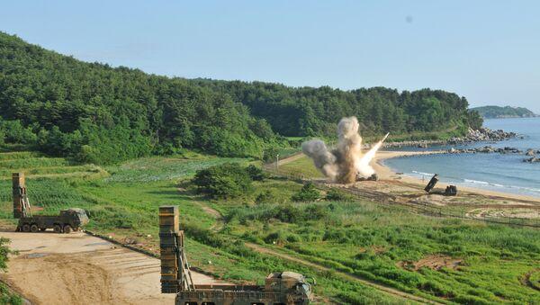 El lanzamiento de un misil en el marco de las maniobras conjuntas de EEUU y Corea del Sur - Sputnik Mundo