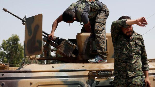 Los combatiented de Unidades kurdas de Protección Popular (YPG) en Siria - Sputnik Mundo