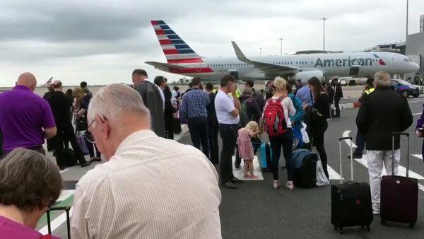 Pasajeros durante la evacuación del aeropuerto de Mánchester, Reino Unido - Sputnik Mundo