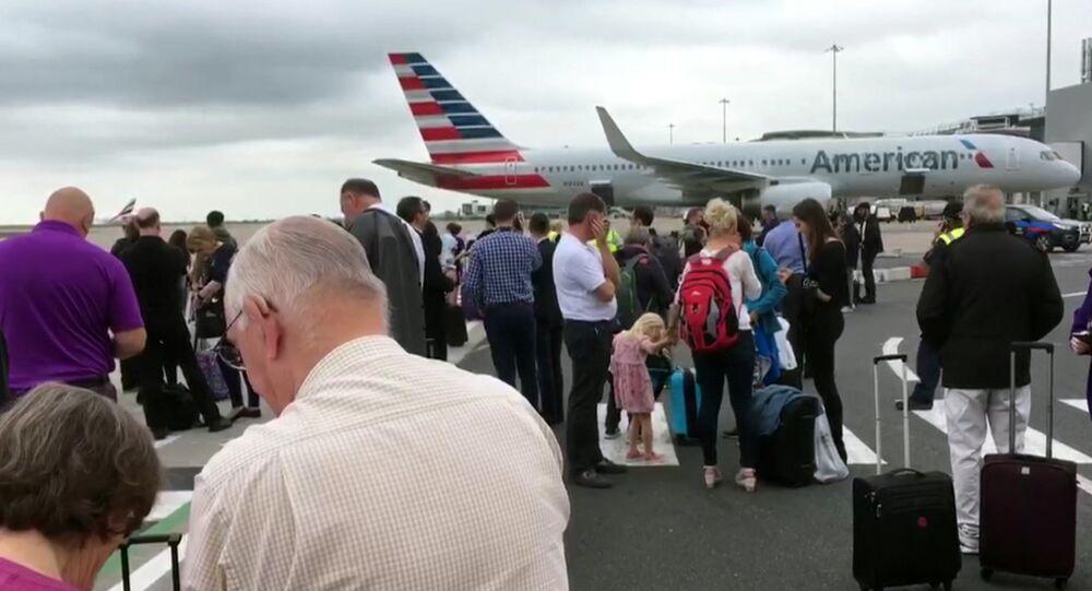Pasajeros durante la evacuación del aeropuerto de Mánchester, Reino Unido