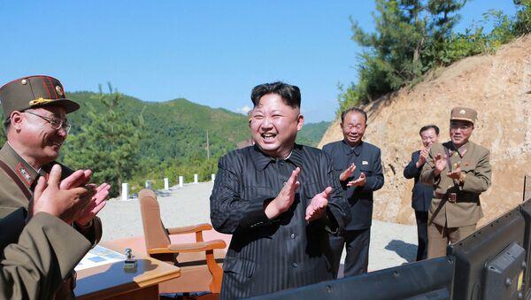 Kim Jong-un, líder de Corea del Norte, tras el lanzamiento de prueba del misil Hwasong-14 (archivo) - Sputnik Mundo