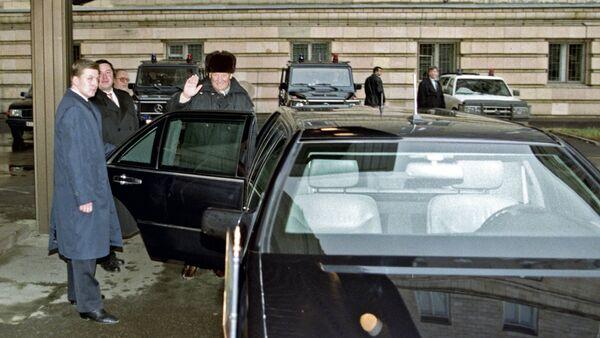 Borís Yeltsin monta su auto Mercedes-Benz S-Class Pullman W140, 22 de noviembre de 1999. - Sputnik Mundo