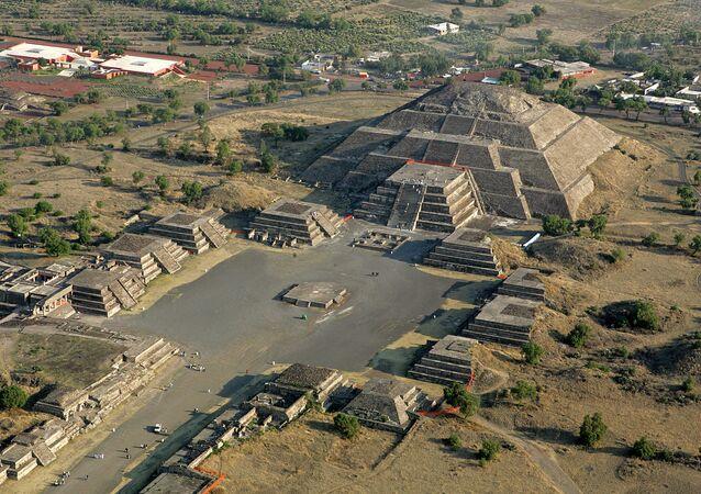 La pirámide de la Luna en Teotihuacán, México