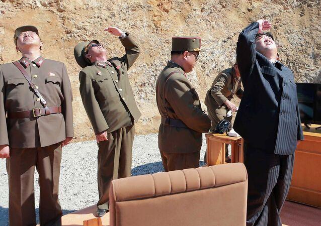 El líder de Corea del Norte, Kim Jong-un, durante el ensayo del misil Hwasong-14