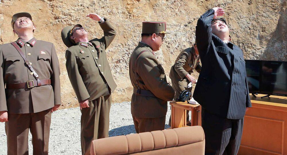El líder de Corea del Norte, Kim Jong-un, durante el ensayo del misil Hwasong-14 (archivo)