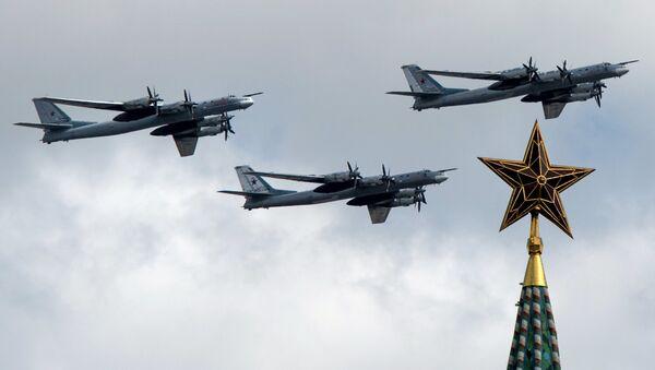 Bombarderos estratégicos Tu-95MS durante el desfile militar en Moscú, Rusia - Sputnik Mundo