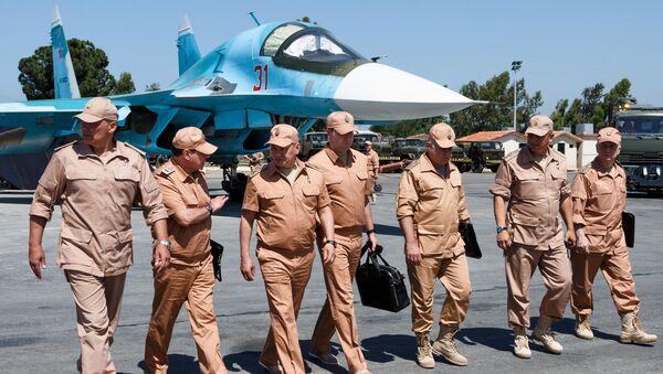 La visita del ministro ruso de Defensa Serguéi Shoigú (tercero drcha.) a la base aérea de Hmeymim en Siria (archivo) - Sputnik Mundo