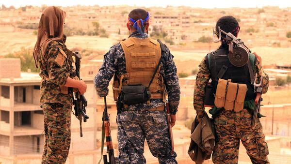 Soldados de las Fuerzas Democráticas Sirias (FDS) en las inmediaciones de Al Raqa - Sputnik Mundo
