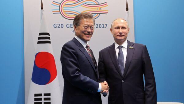 Presidente de Corea del Sur, Moon Jae-in, y presidente de Rusia, Vladímir Putin (archivo) - Sputnik Mundo