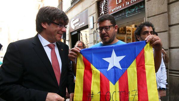 Carles Puigdemont, presidente del Gobierno catalán, con los partidarios del referéndum soberanista - Sputnik Mundo