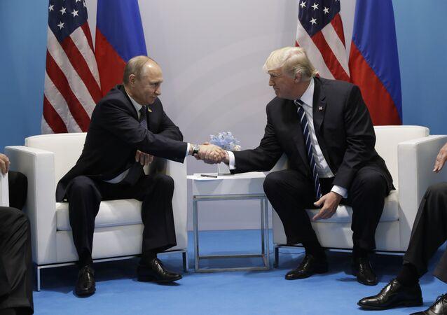 El presidente de Rusia, Vladímir Putin, y su homólogo norteamericano, Donald Trump en Hamburgo (archivo)
