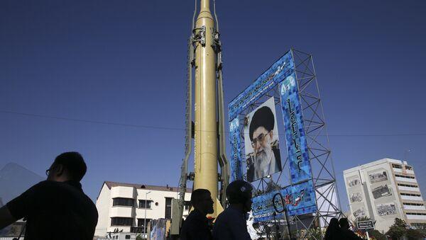 Maqueta del misil iraní Ghadr-F en Teherán. - Sputnik Mundo