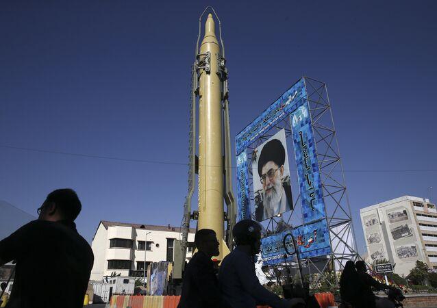 Maqueta del misil iraní Ghadr-F en Teherán.
