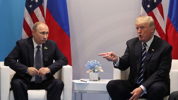 Presidentes de Rusia y EEUU, Vladímir Putin y Donald Trump - Sputnik Mundo
