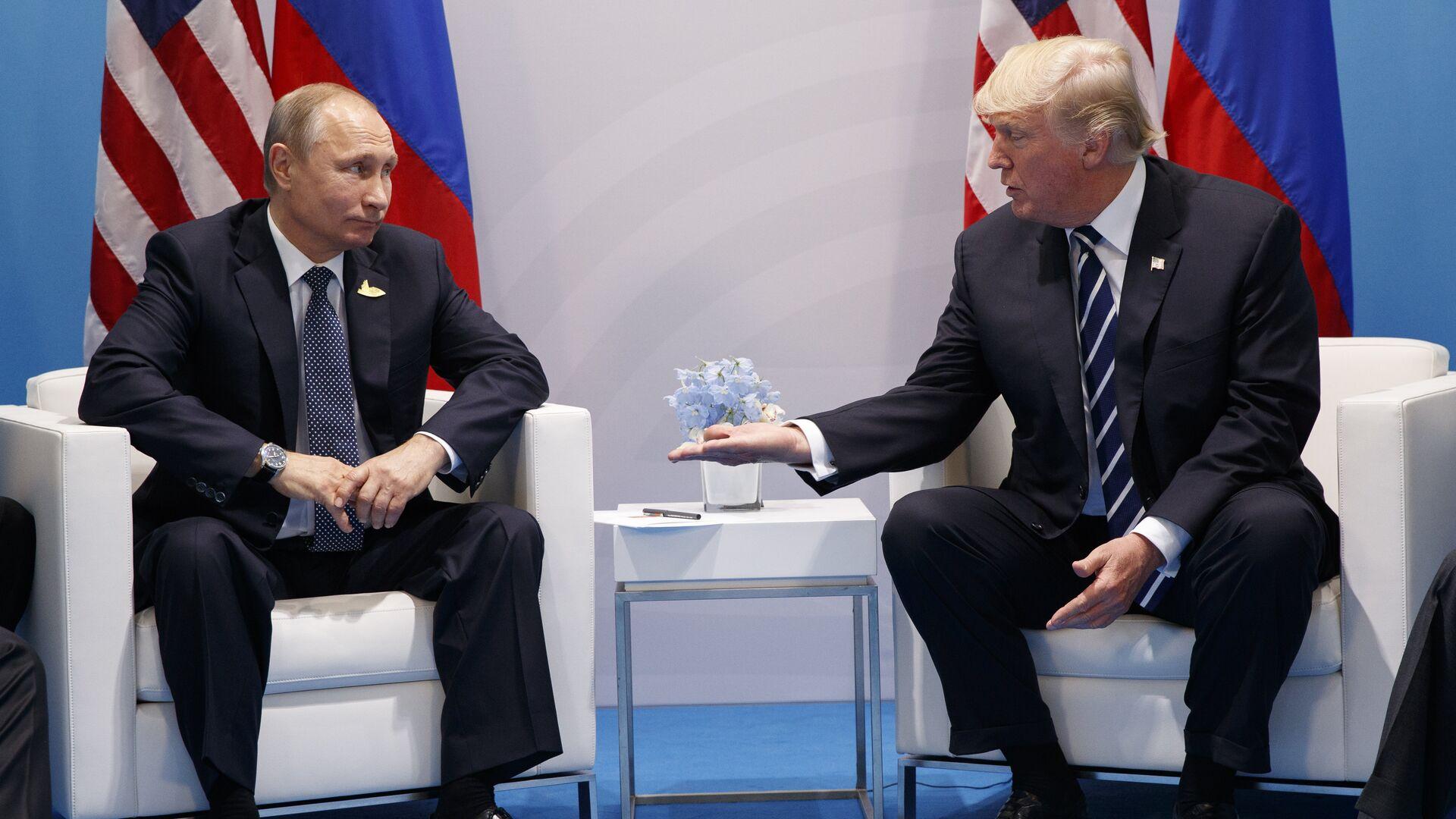 El presidente ruso, Vladímir Putin, y el expresidente de EEUU Donald Trump en la cumbre de G20, el 7 de julio de 2017 (archivo) - Sputnik Mundo, 1920, 15.06.2021