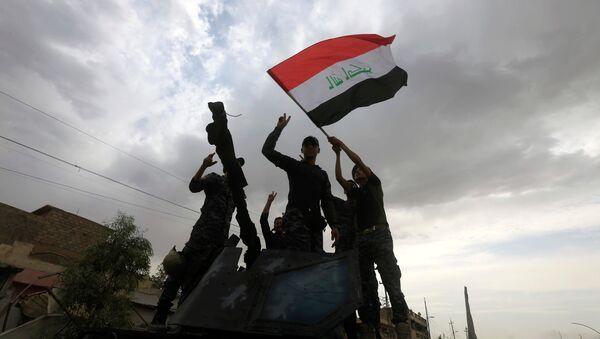 Los militares iraquíes celebran la liberación de la Ciudad Vieja de Mosul - Sputnik Mundo