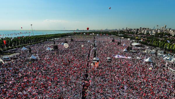 Una marcha de la oposición reúne miles de personas en Estambul - Sputnik Mundo