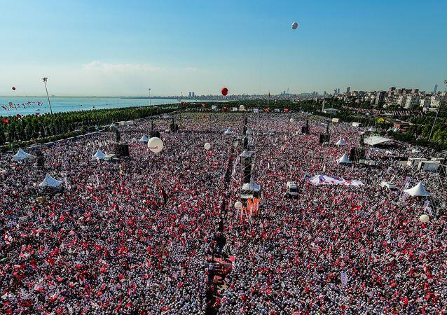 Una marcha de la oposición reúne miles de personas en Estambul