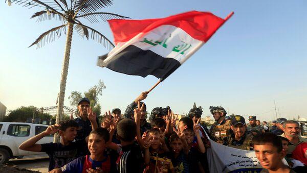 Iraquíes celebrando la liberación de Mosul, Irak (archivo) - Sputnik Mundo
