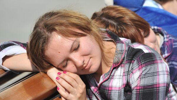 Una estudiante rusa durmiendo - Sputnik Mundo