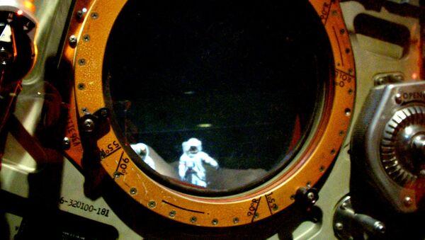 Ojo de buey dando a la superficie lunar - Sputnik Mundo