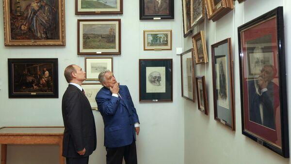 El artista Iliá Glazunov mostrando sus obras al presidente ruso Vladímir Putin - Sputnik Mundo