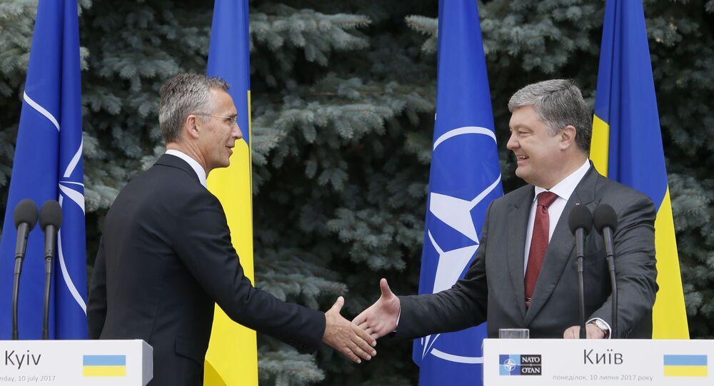 El secretario general de la OTAN, Jens Stoltenberg, y el presidente de Ucrania, Petró Poroshenko