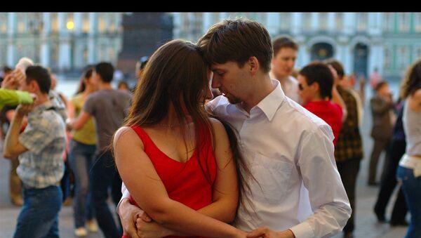 Jovenes bailan salsa - Sputnik Mundo