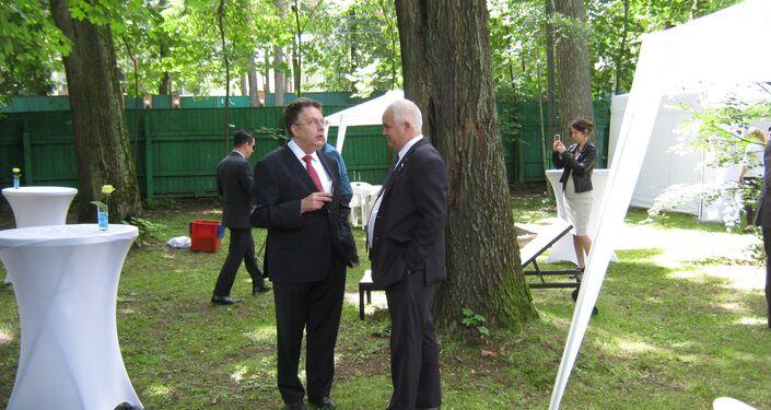A. Schetinin (iz) y E. Lozada, embajador de Cuba
