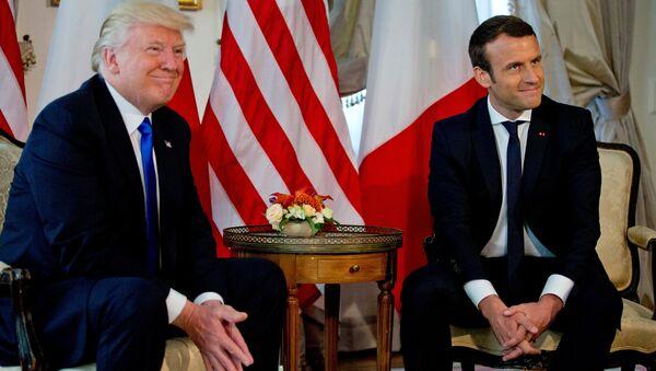 Donald Trump, presidente de EEUU y Emmanuel Macron, presidente de Francia - Sputnik Mundo