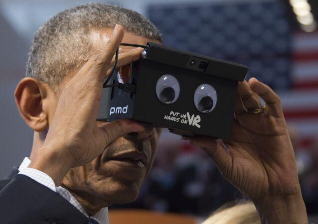 Barack Obama, expresidente de EEUU, usando un dispositivo de realidad virtual (archivo)