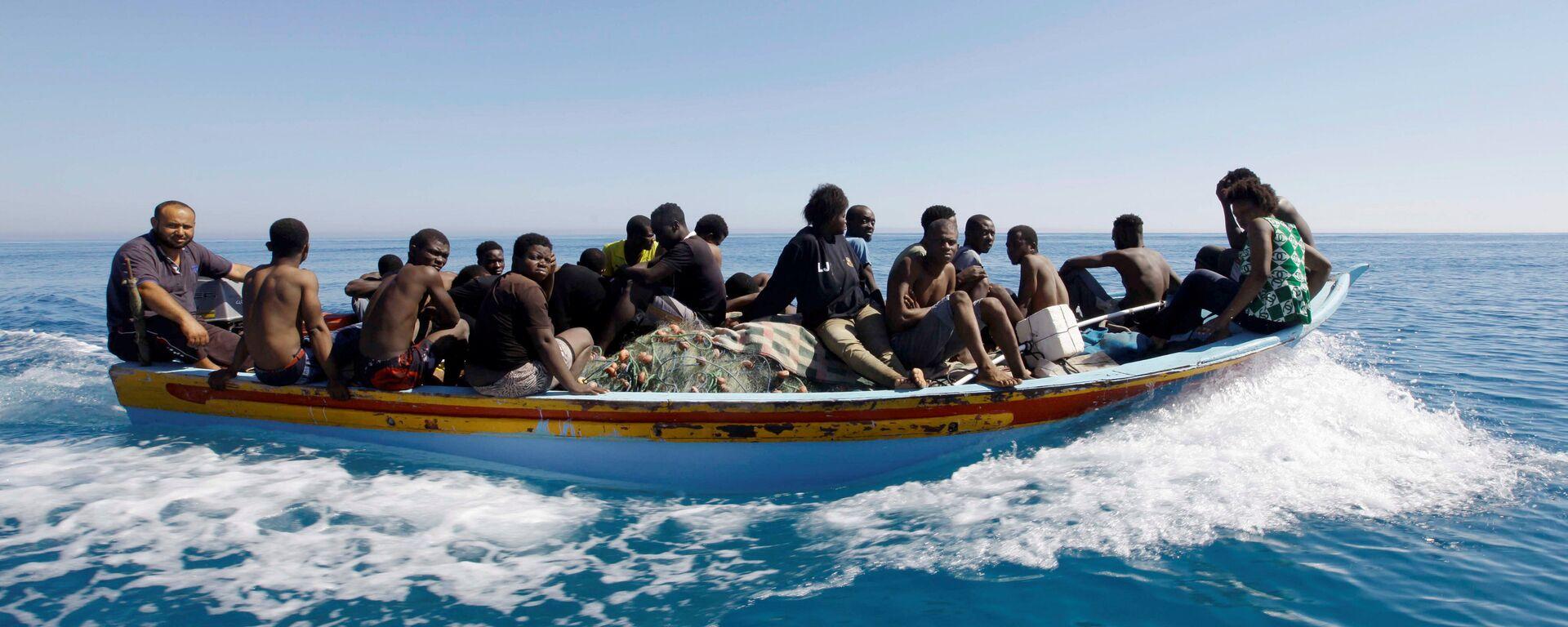 Los migrantes en el barco en el Mediterráneo - Sputnik Mundo, 1920, 18.05.2021