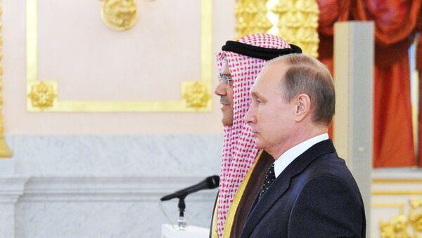 El embajador bahreiní en Moscú, Ahmed Saati, y el presidente ruso, Vladímir Putin (archivo) - Sputnik Mundo