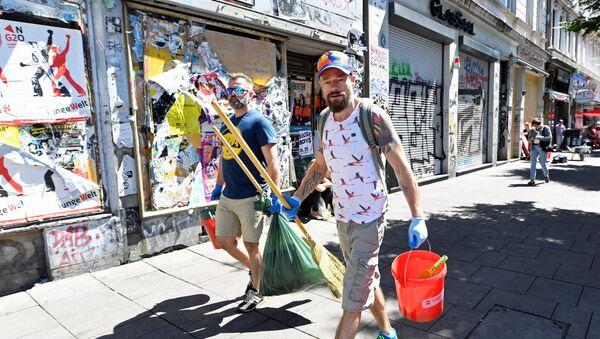Ciudadanos de Hamburgo (Alemania) limpianto la ciudad tras las pasadas manifestaciones - Sputnik Mundo
