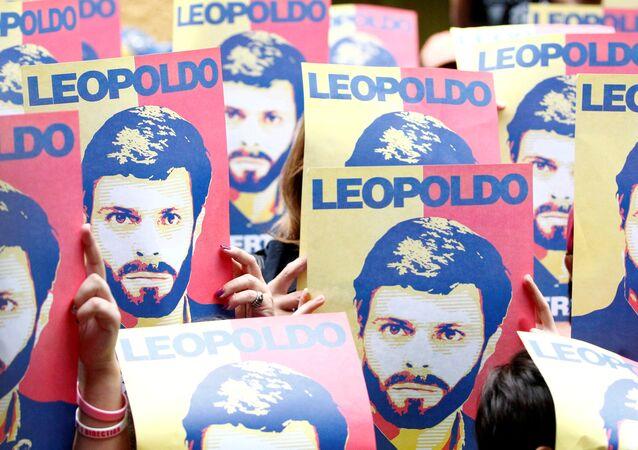 Carteles con el retrato de Leopoldo López