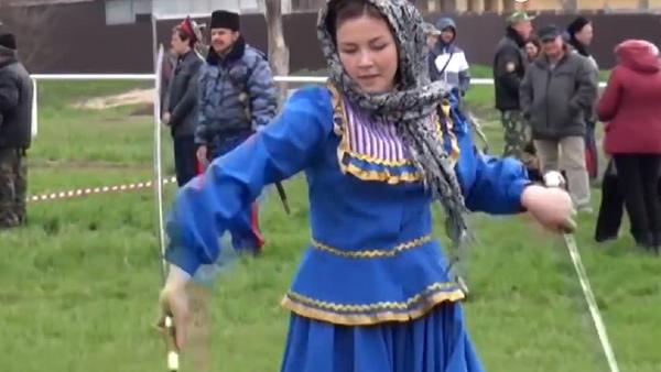 Una muchacha rusa exhibiendo sus habilidades con las shashkas - Sputnik Mundo