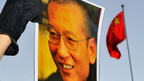 El retrato del disidente chino y premio Nobel de la Paz, Liu Xiaobo, y la bandera de China - Sputnik Mundo
