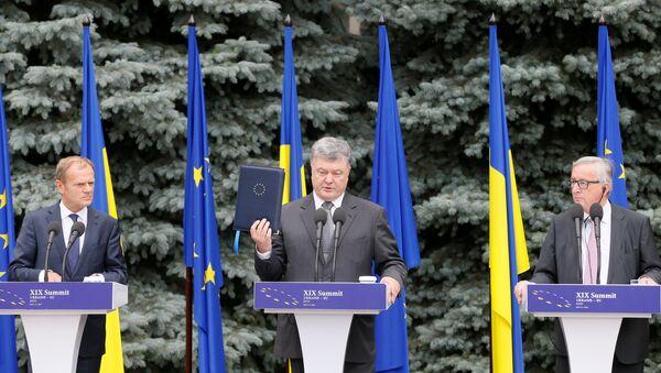 Petró Poroshenko, presidente de Ucrania, Jean-Claude Juncker, presidente de la Comisión Europea, y Donald Tusk, presidente del Consejo Europeo - Sputnik Mundo