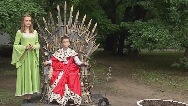 El trono de hierro de la serie Game of Thrones aparece en un parque ruso - Sputnik Mundo