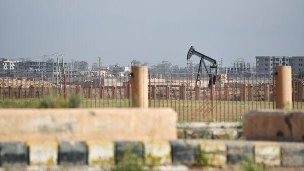 Extracción de petróleo en la región siria de Deir Ezzor - Sputnik Mundo
