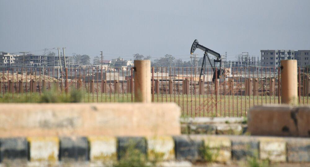 Extracción de petróleo en la región siria de Deir Ezzor (archivo)