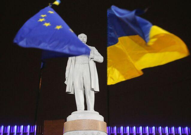 Las banderas de la UE y de Ucrania