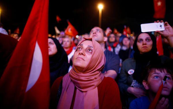 Los partidarios del presidente Tayyip Erdogan - Sputnik Mundo