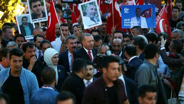 El presidente de Turquía, Recep Tayyip Erdogan, participa en una manifestación con motivo del aniversario de la intentona golpista - Sputnik Mundo