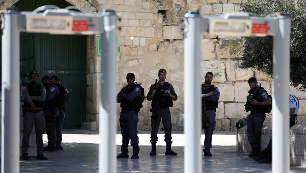 Policías israelíes cerca de los portales con detectores de metales en los accesos a la Explanada de las Mezquitas - Sputnik Mundo