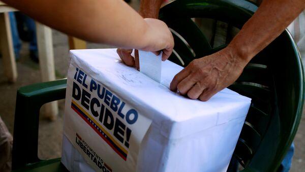 Urna del plebiscito de la oposición en Venezuela - Sputnik Mundo